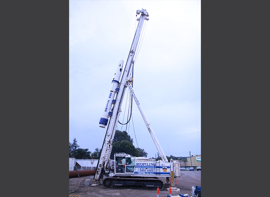 Junttan PM26 mounted with 14 tonne hammer